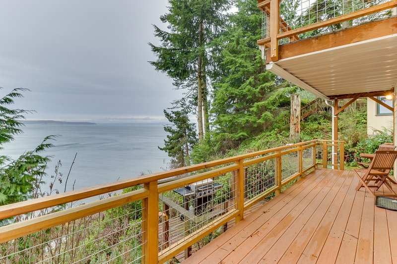 Coastal home w/ocean view, beachfront, and outdoor dining!, holiday rental in Port Ludlow