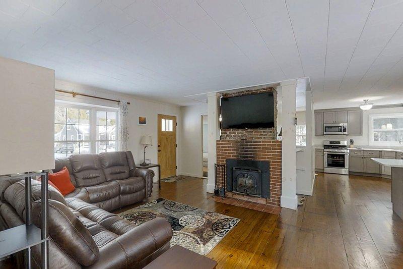 Dog-friendly home w/ fireplace & furnished deck - near resort, location de vacances à Kearsarge