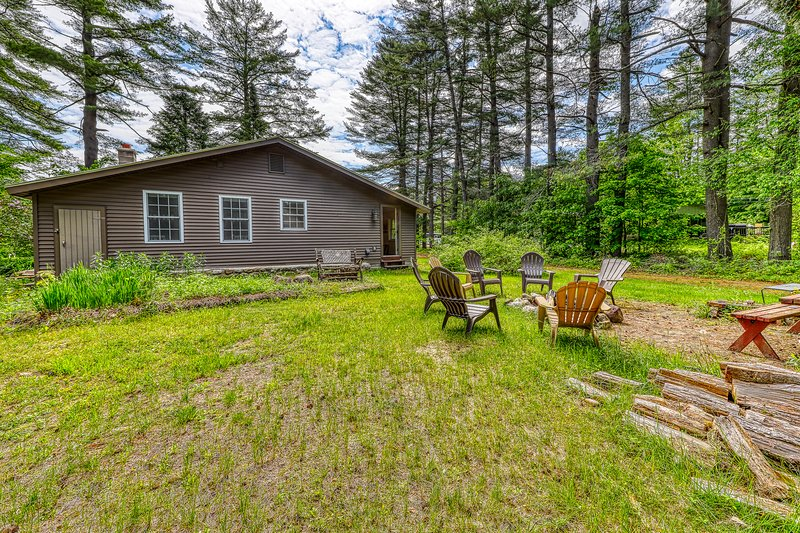 Single-level, spacious house w/ firepit & spacious yard - lake access nearby, vacation rental in Bakers Mills