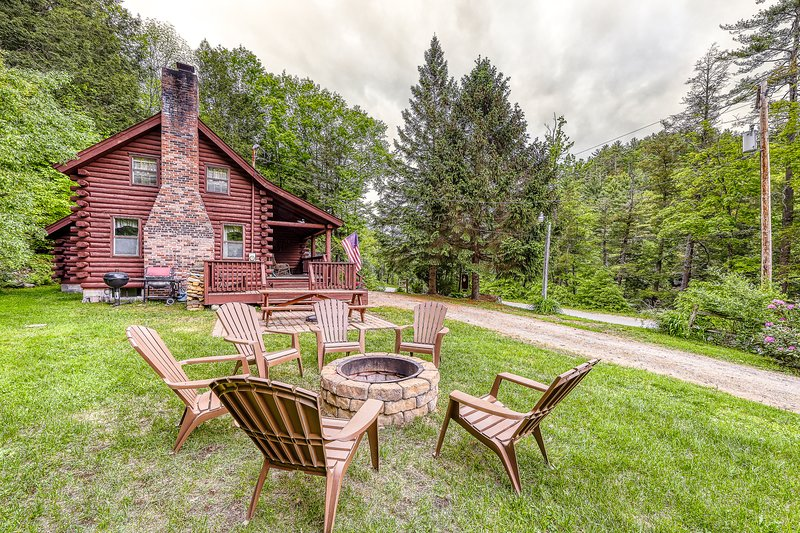 Adorable log home w/ a full kitchen - river frontage close by!, holiday rental in Brant Lake