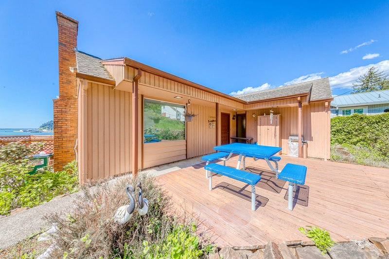 Bayview home w/ a deck overlooking the locally famous Ghost Hole fishing spot!, Ferienwohnung in Garibaldi
