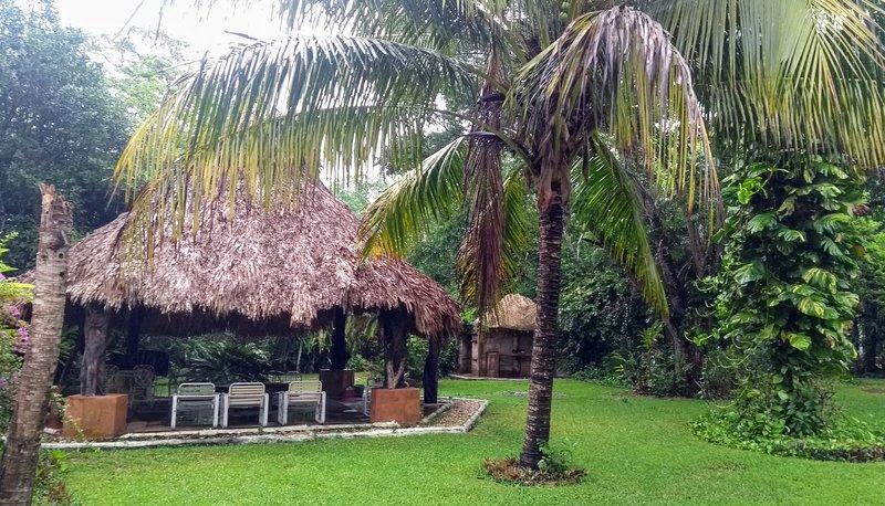 Casita en espacios verdes, arbolado, jardines, finca privada, albercas, palapa, holiday rental in Monte Gordo