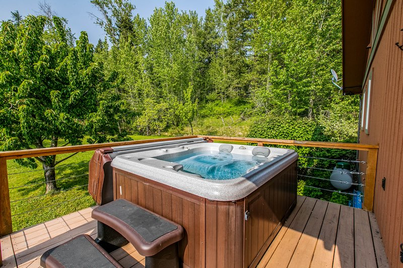 Luxury mountain home w/furnished deck & lake view, holiday rental in Woods Bay
