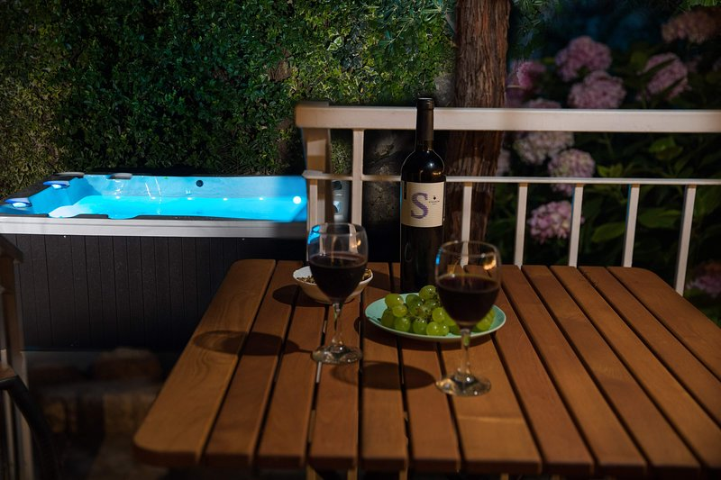 Garden Apart. Nives, new MEMENTO VIVERE with jacuzzi, Pile-OLD TOWN, COVID free, vacation rental in Dubrovnik