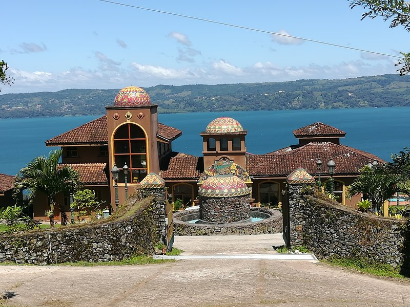 Luxury Villa with Killer View of Lake Arenal, alquiler de vacaciones en Tilarán