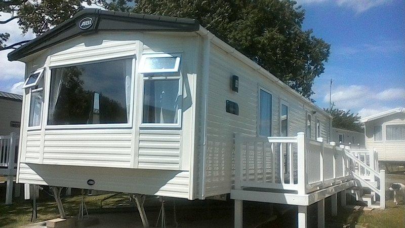 ABI Oakley. New caravan side gated decking with sea view, location de vacances à Mersea Island