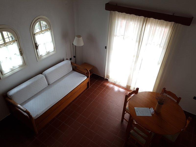 La planta baja tiene un sofá que se transforma fácilmente en dos camas individuales.