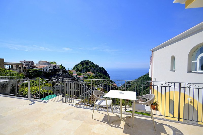 Pontone Villa Sleeps 4 with Pool and Air Con - 5807173, vacation rental in Pontone