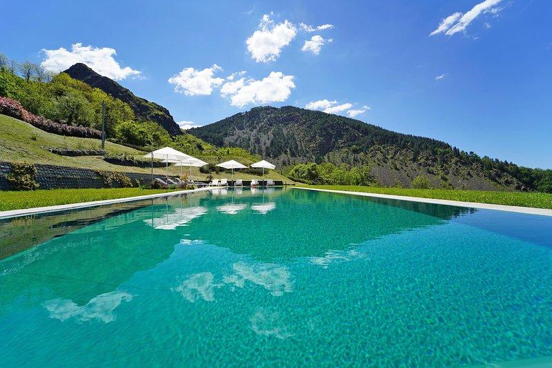 VILLA PODERE GAIA 16 PAX with Pool 5x20 free WiFi BBQ near 5 Terre, location de vacances à Calice al Cornoviglio