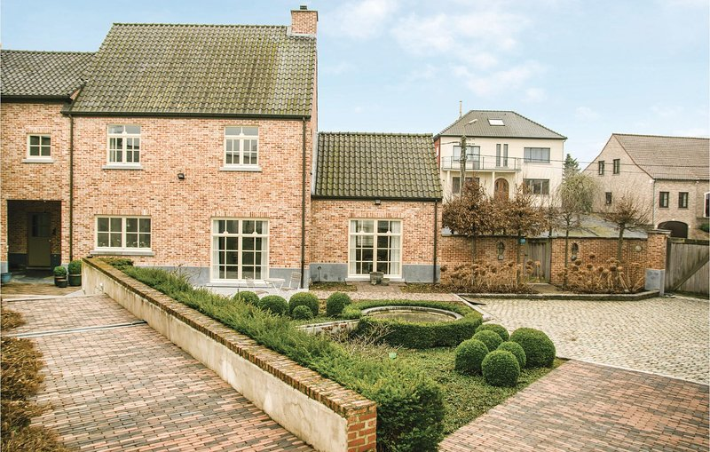 Awesome home in Borgloon with WiFi and 4 Bedrooms (BLI018), location de vacances à Heers