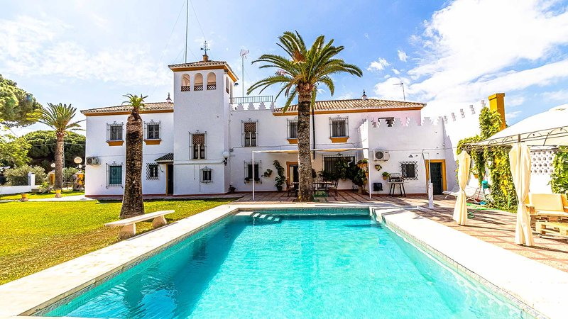 Typical Sevillian Hacienda in Marchena. Ideal location to visit all of Andalusia, location de vacances à Osuna