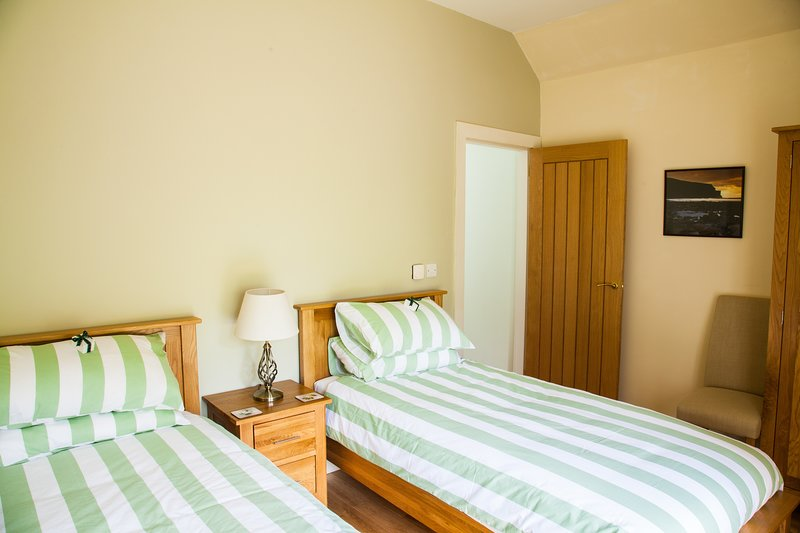 Fairydean Bridge Twin Room wih French Windows to Peaceful Garden., vacation rental in Cardrona