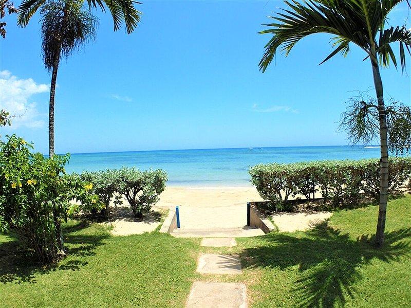 BEACHFRONT VILLAS! STAFFED, SWIMMING POOL, RUNAWAY BAY-Bay, vacation rental in Runaway Bay