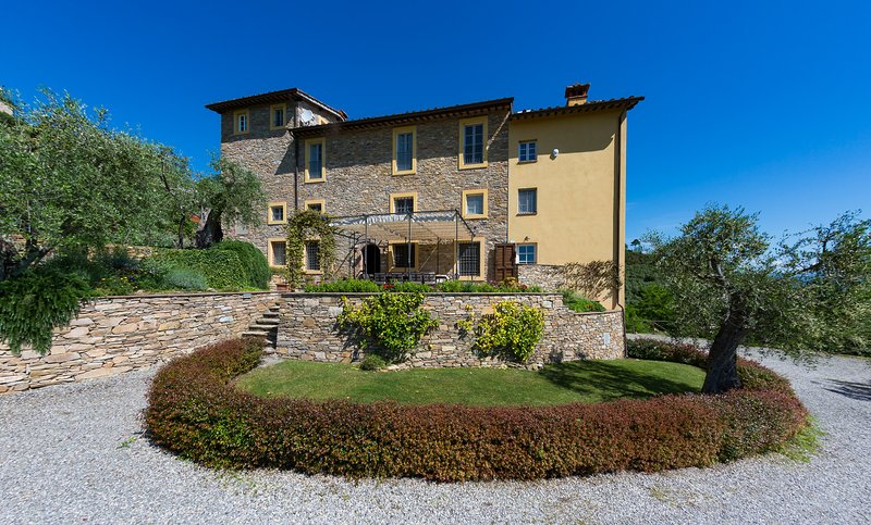 Luxury 6-bed Tuscan Villa near Lucca, vacation rental in Castelvecchio