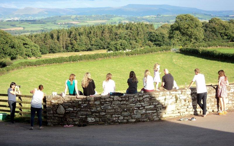 Groupe d'amis admirant la vue depuis les chalets