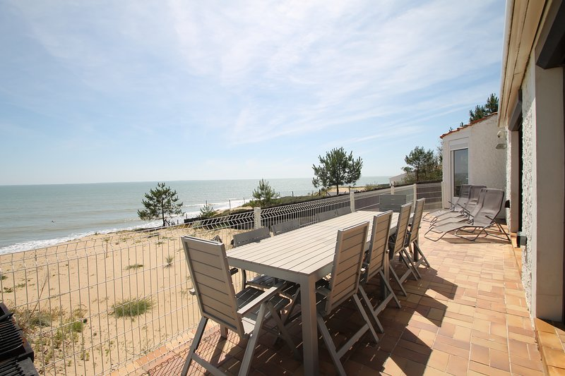 Detached Sea-view Beach House! 6 Bedrooms, 4 Bathrooms, sleeps 12 - Stunning, location de vacances à Vendée