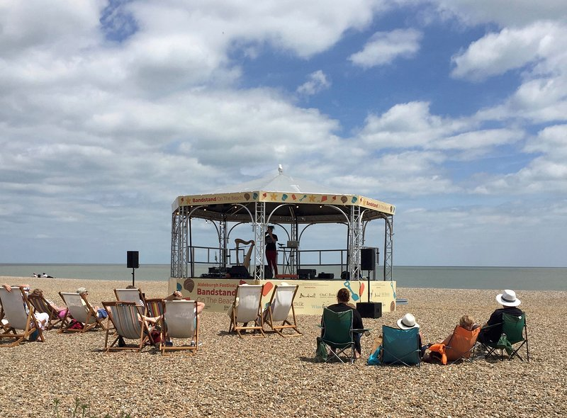 Bandstand na praia em junho