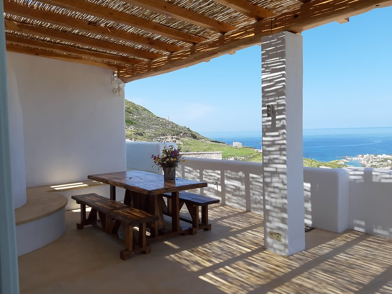Stunning View minimal chic traditional villa,large terraces ocean view, casa vacanza a Milos