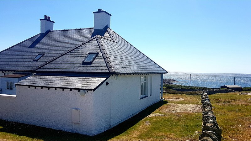 The Crest Holiday Cottage, sea views, 3 grnd flr bedrooms en suite dog welcome, vacation rental in Trearddur Bay