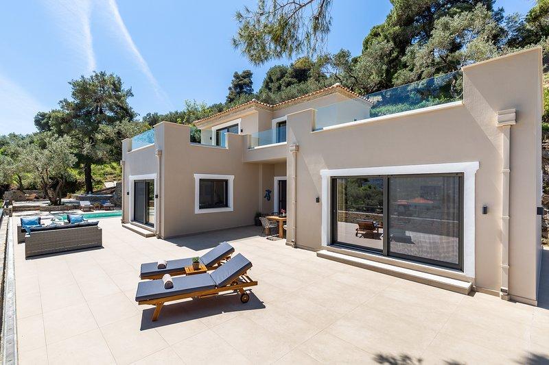 VILLA ANTIGONE - SKOPELOS LUXURY RETREAT, holiday rental in Stafylos