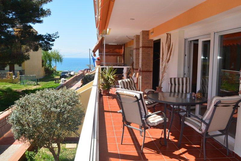 Stunning spacious seaview apartment, location de vacances à Aggelochori