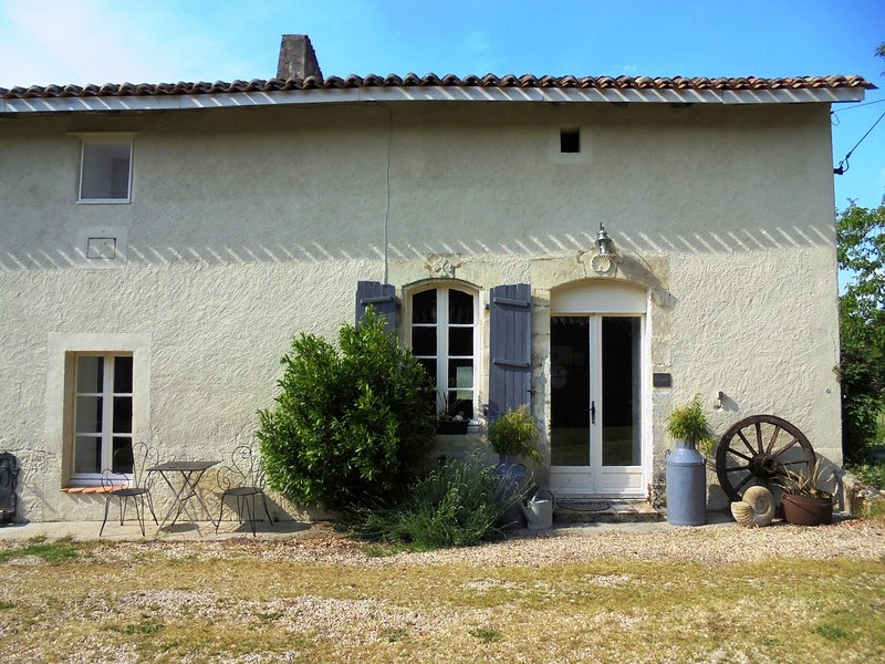 2 Bedroom Character Cottage with Dedicated Pool Sleeps 4 3 Miles from Aubeterre, holiday rental in Montmoreau-Saint-Cybard