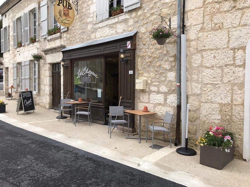 Novo para 2019, pub aberto, serve lanches e bebidas, atmosfera amigável.