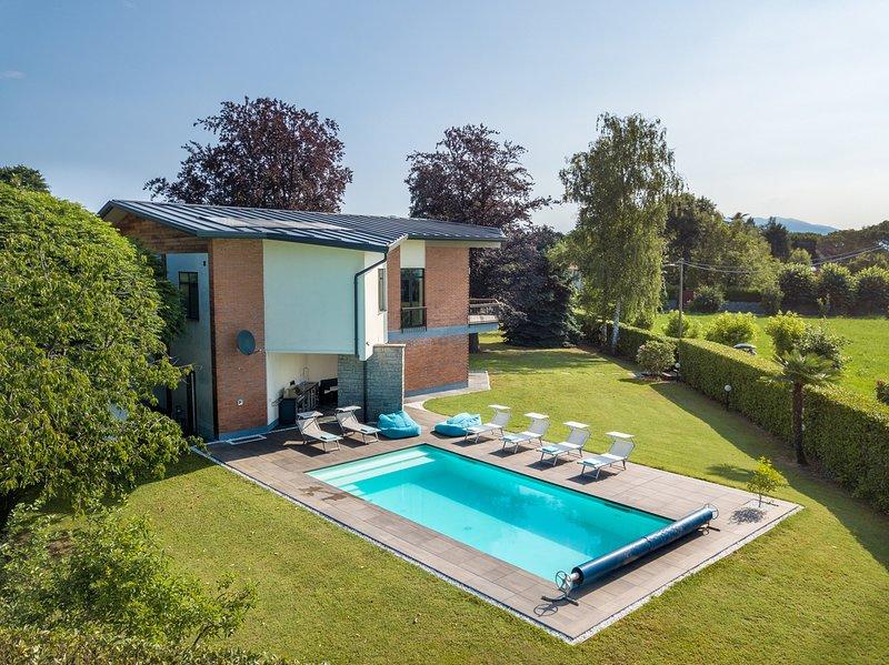 Nia villa with heathed pool and lake view in Lesa, aluguéis de temporada em Lesa
