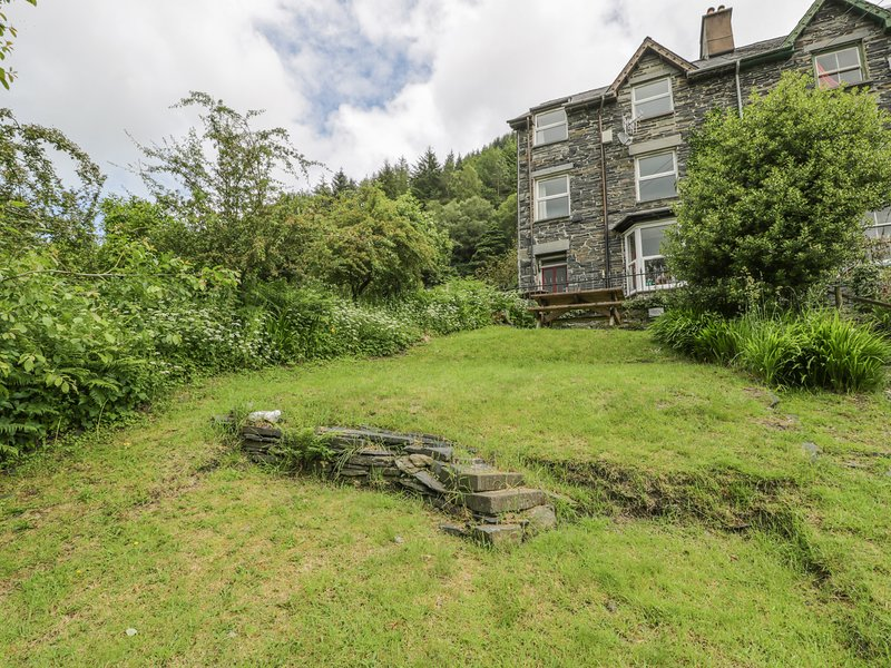 2 IS Y GRAIG, first and second floor apartment, WiFi, shared garden, vacation rental in Corris