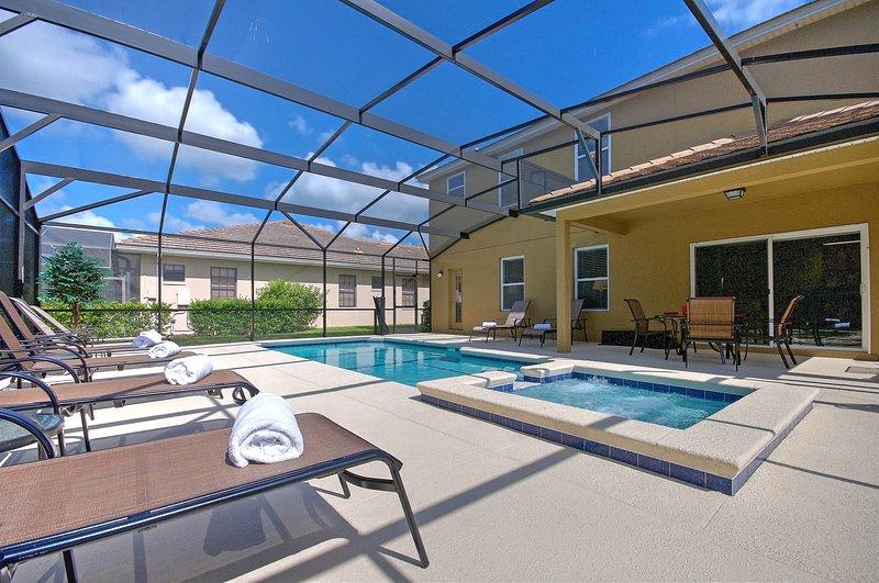Stor 30 'SOUTH FACING privat pool med solstolar och skuggat matplats.
