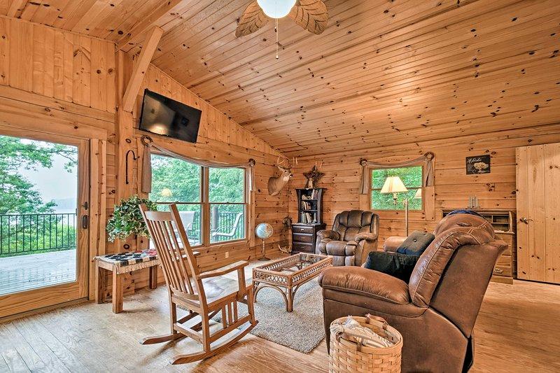 Cozy Amish Country Cabin on Shipshewana Lake!, alquiler de vacaciones en Bristol