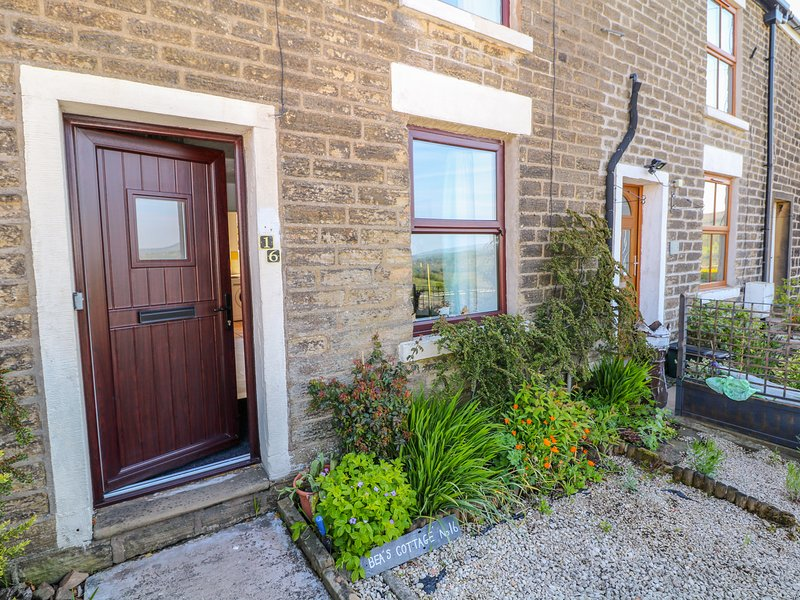 BEAS COTTAGE, country views, off-road parking, pet-friendly, in Hayfield, holiday rental in Mellor