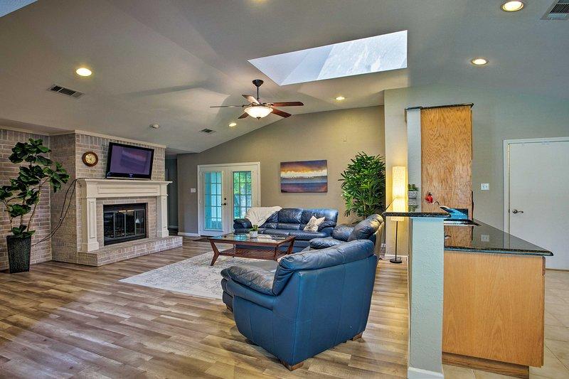 Acogerse junto a la chimenea en la sala de estar y ver la televisión.