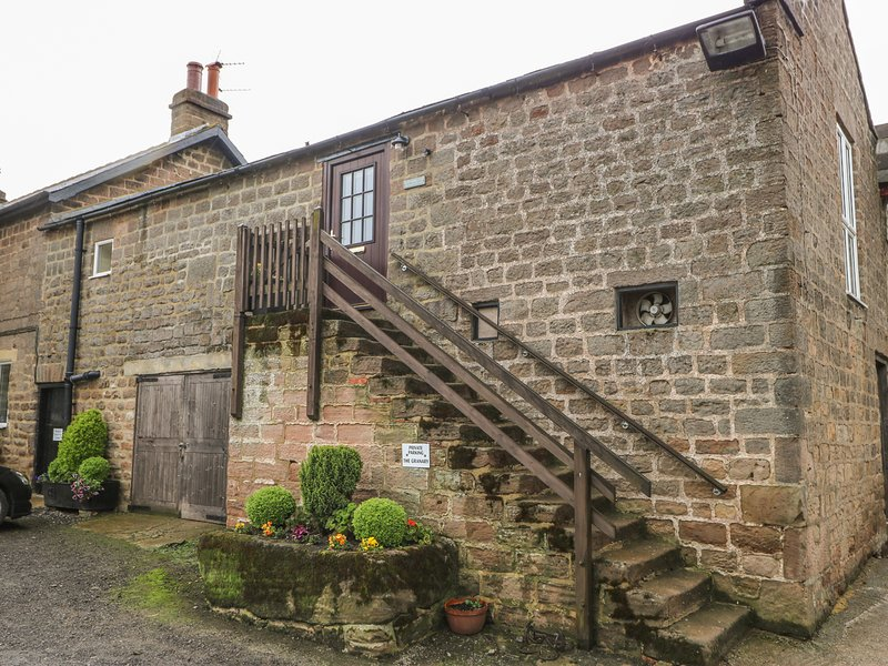 THE GRANARY, stone-built cottage annexe, on working farm, romantic retreat, holiday rental in Spofforth
