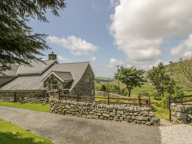 THE STABLE COTTAGE, Electric fire, Open-plan living, Llanbedr, location de vacances à Llanbedr