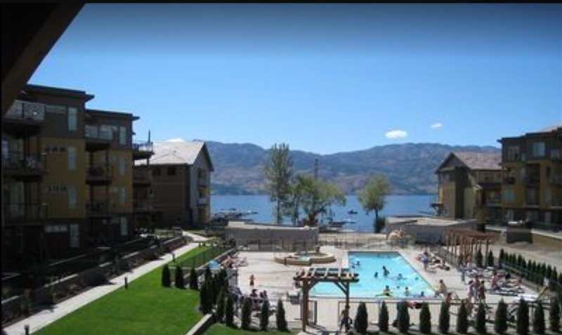 Barona Beach Ground Level Townhouse - Looks Directly Onto Pool, casa vacanza a West Kelowna