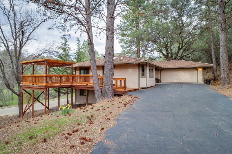 Comfortable home w/ shared pool, onsite golf, walk to beach, & more, vacation rental in Groveland
