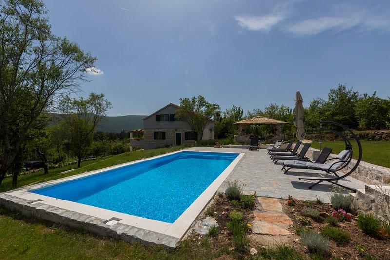 Heritage Villa Heaven 2,for 11,heated pool n.Split, holiday rental in Radunic