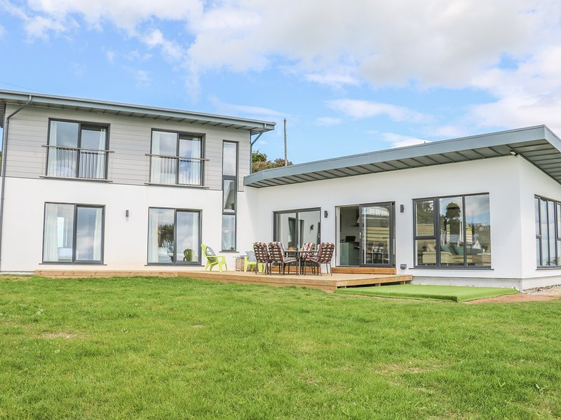 BEACH HOUSE, open-plan living, in Courtown, vacation rental in Ferns