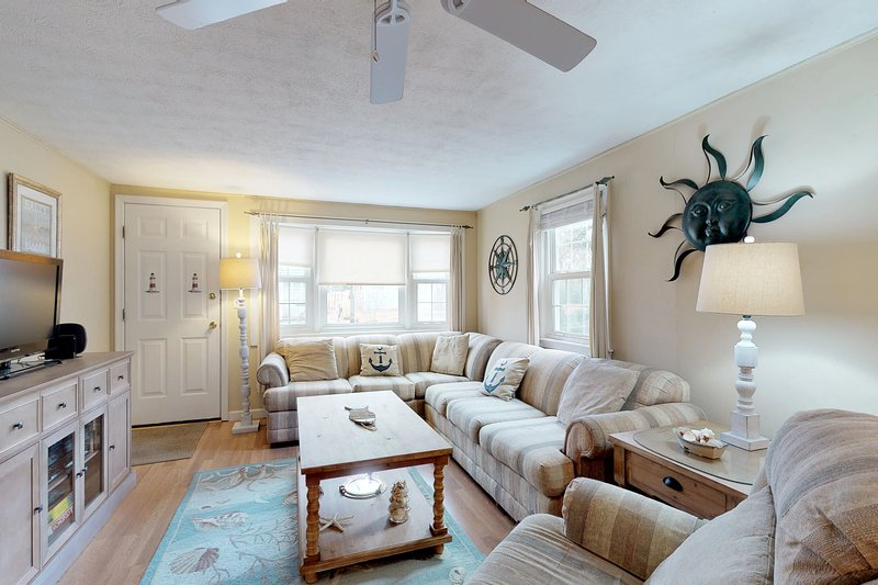 Cozy Cape home w/ fenced backyard, grill & AC - short walk to the beach!, vacation rental in West Yarmouth