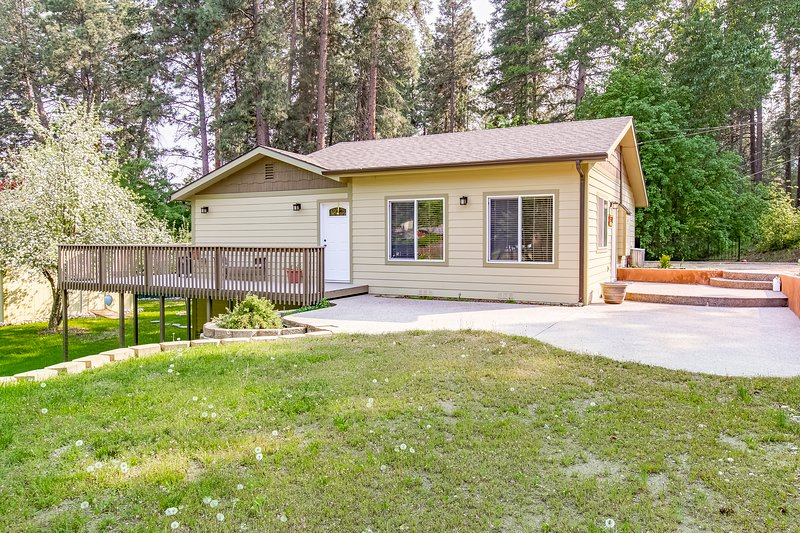 Quaint, Two-Story Home w/Full Kitchen/Furnished deck/Washer/Dryer - Two Dogs OK!, holiday rental in Woods Bay