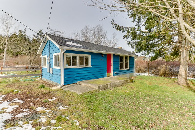 Updated home close to everything w/ large yard & deck - 2 dogs welcome!, vacation rental in Oak Harbor