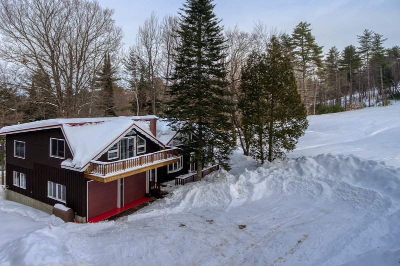 Cozy ski-in/ski-out chalet w/ a gas fireplace & full kitchen - dogs welcome!, holiday rental in Lovell