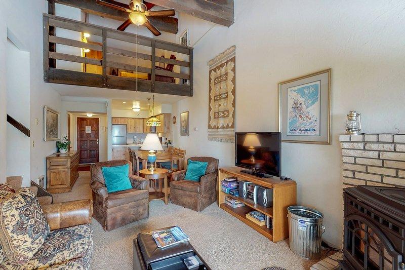 Cozy condo w/ furnished balcony & mountain views - near skiing, biking, & hiking Chalet in Squaw Valley