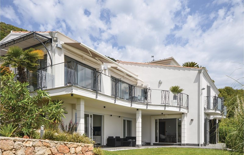 Awesome home in Gattieres with WiFi, Outdoor swimming pool and 4 Bedrooms (FCA75, vacation rental in Gattieres