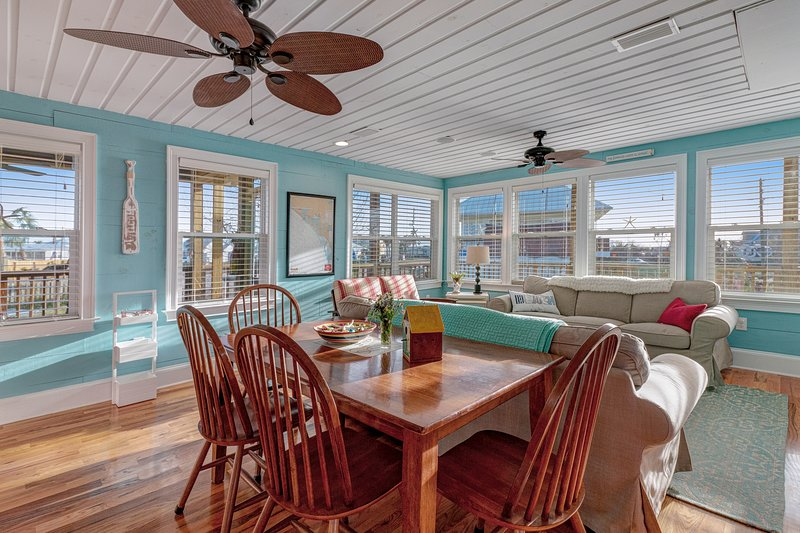 Bright & beachy, family friendly home w/ deck & gourmet kitchen - 1 dog OK!, vacation rental in Mexico Beach