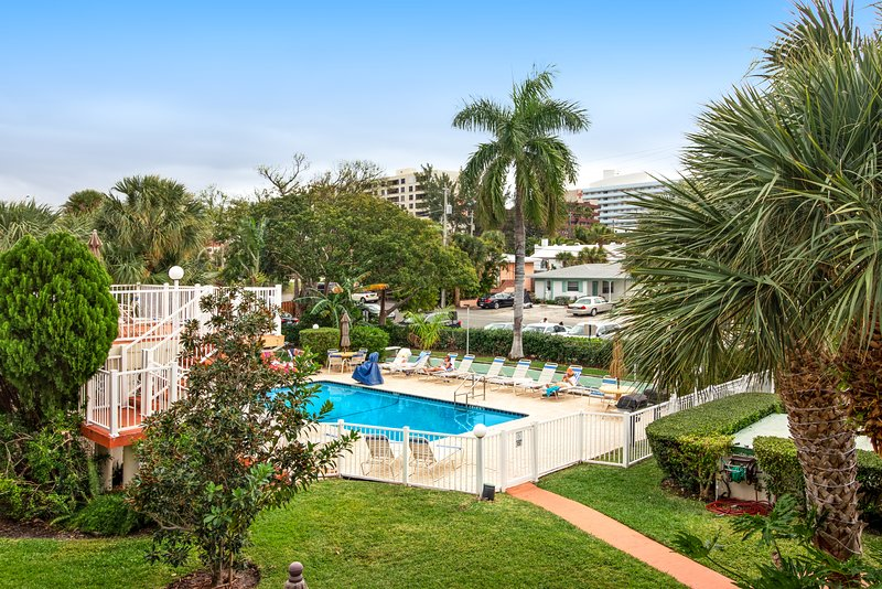 Charming getaway w/ a full kitchen, shared pool, & sundeck - walk to the beach!, holiday rental in Boca Raton
