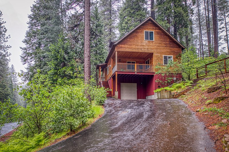 Inviting Sierra chalet w/ a custom kitchen, wood burning stove, & deck, holiday rental in Barton