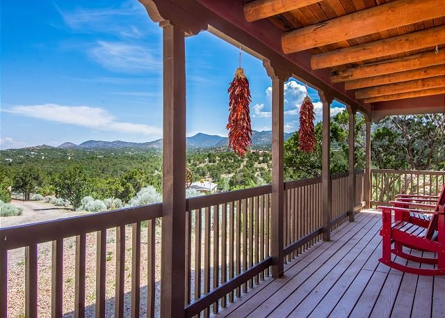Adorable Casita w/ Mountain Views & Private Deck – Near Hiking & Downtown, casa vacanza a Pecos