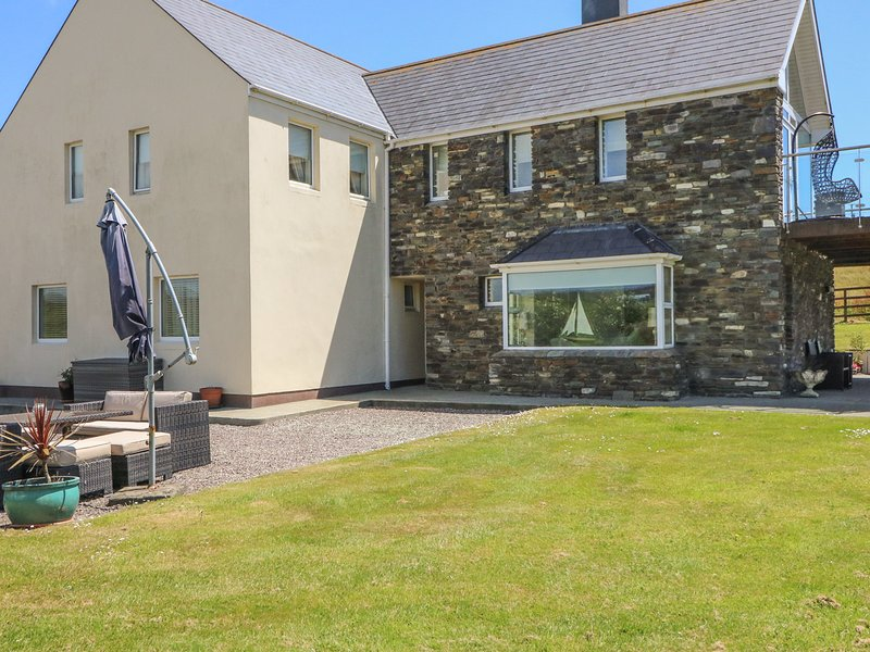 SKEAGHNORE, ground floor apartment, en-suite bedrooms, WiFi, ample parking, holiday rental in Castletownshend